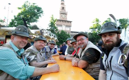 Milano, al via in piazza Duomo l'adunata degli Alpini