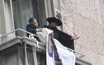 Lega a Milano, spunta Zorro ma lo striscione viene rimosso