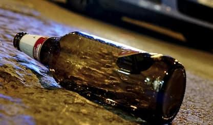 Torino, aggredisce uomo a bottigliate alla fermata del bus: arrestato