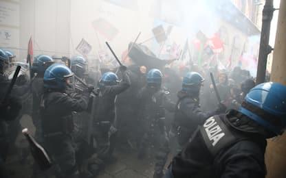 Bologna, scontri e proteste contro il comizio di Forza Nuova