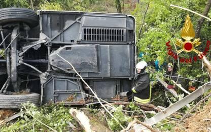 Bus turistico si ribalta vicino a Siena: muore una donna, 37 i feriti