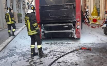 Roma, bus in fiamme in centro: pm avvia indagine per incendio colposo