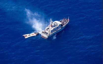 """Migranti, gommone in avaria: Sea Watch accusa Marina: """"Non interviene"""""""
