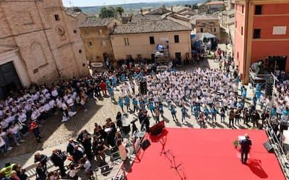 L'Infinito di Leopardi compie 200 anni, flash mob studenti