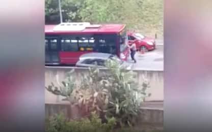 Roma, autista di autobus tenta di investire un pedone. VIDEO