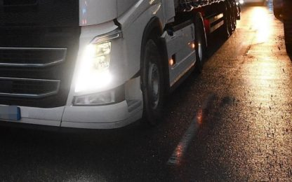 Tir che trasporta maiali si ribalta nel Cuneese: traffico in tilt