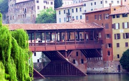 Stop alle sigarette sul ponte di Bassano: è pericoloso perché in legno