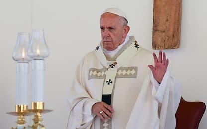 """Il Papa sui politici: """"Qualcuno merita insulti, ma preghiamo per loro"""""""