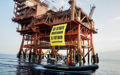 Ambiente, blitz di Greenpeace su piattaforma nello Stretto di Sicilia