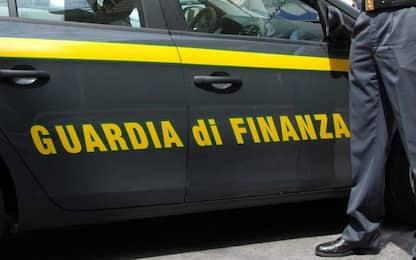Roma, sequestrati 600 capi d'abbigliamento contraffatti: una denuncia