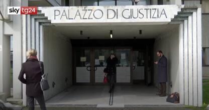 Sesso con minore a Prato, processo rinviato: mamma in aula con marito