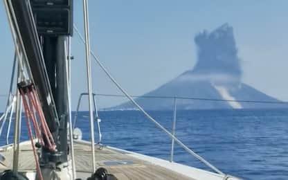 Eruzione Stromboli, l'esplosione del vulcano vista da una barca. VIDEO