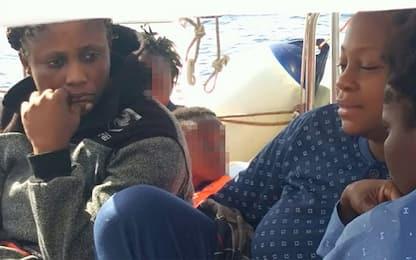Mediterranea, in 13 trasbordati su motovedetta della Guardia Costiera