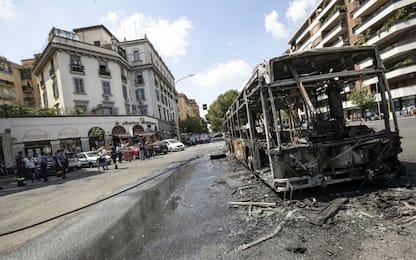 Autobus in fiamme oggi in piazza Cantù a Roma. FOTO