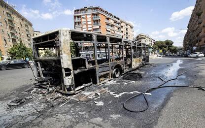 Roma, autobus di linea in fiamme su via Appia: nessun ferito