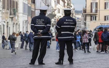 Roma, coltello e foto di poliziotti nel telefono: fermato 'saltafila'