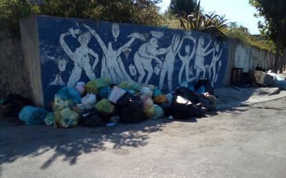 Ercolano, rifiuti abbandonati lungo la strada che porta agli Scavi