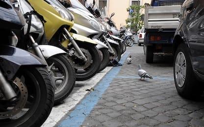 Cerca di rubare dalle auto in sosta, arrestato e denunciato a Palermo