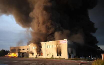 Incendio a Faenza, a fuoco un capannone: FOTO