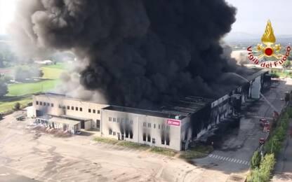 Incendio a Faenza, brucia un magazzino. VIDEO