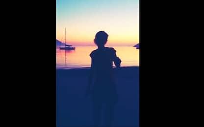 Nadia Toffa balla in spiaggia al tramonto, l'addio delle Iene. VIDEO