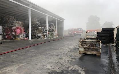 Incendio in un capannone nel Lodigiano: ammoniaca nell'aria