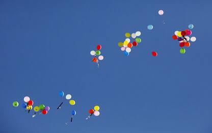 Palloncini colorati ai funerali di Yoan, il 23enne ucciso nel Novarese