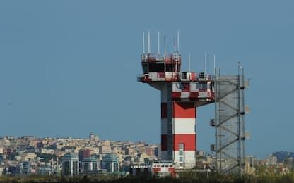 Cagliari, stanno per perdere l'aereo e lo rincorrono in pista: multati