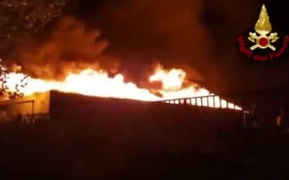 Salerno, incendio e nube tossica in azienda di stoccaggio pneumatici