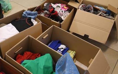 Vendevano abiti e scarpe donate per beneficenza: denunciati a Catania