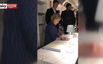 Hillary Clinton visita la mostra sulle sue email alla Biennale. VIDEO