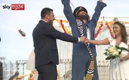 Jova Beach Party a Linate, Lorenzo sposa due fan. VIDEO