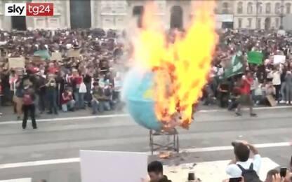 Fridays for Future a Milano: brucia mappamondo di cartapesta. VIDEO