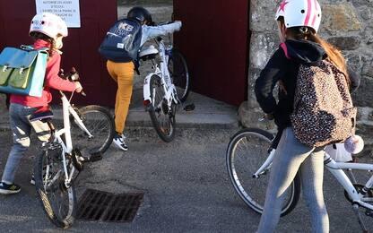 Rubano la bici a un bimbo di 6 anni, i vigili di Milano la ricomprano