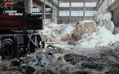 Riempivano di rifiuti capannoni abbandonati in Nord Italia: 11 arresti