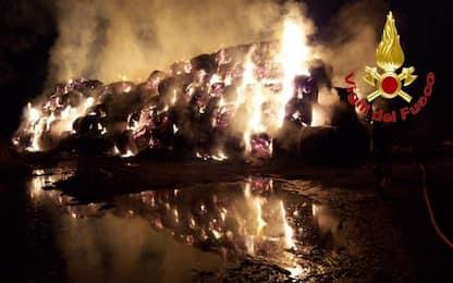 Incendio in una cascina a Brugherio, in fiamme 800 balle di fieno