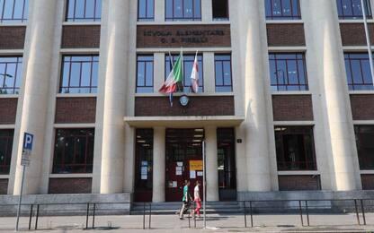 Bimbo caduto da scale scuola a Milano, una sedia vicino alla ringhiera