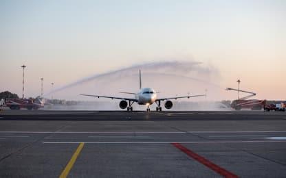 Linate, la riapertura dopo tre mesi: atterrato il primo aereo