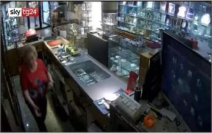 Madre 74enne e figlio ladri in gioielleria a Ragusa: video