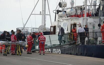 Migranti arrivati a Taranto, la nave Alan Kurdi in porto