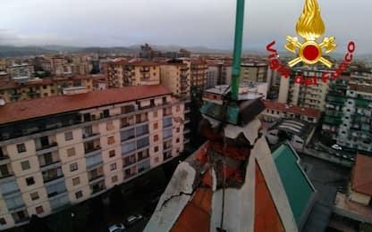 Maltempo, un fulmine colpisce il campanile di una chiesa a Firenze