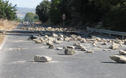 Cadono massi, chiusa strada statale Amalfitana: percorso deviato