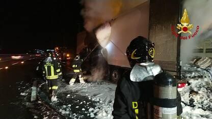 Bologna, tir esplode sulla A1: feriti due Vigili del Fuoco