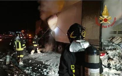 Tir va a fuoco ed esplode in area servizio sulla A1: feriti 2 pompieri