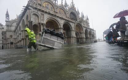 Maltempo: acqua alta a Venezia, fiumi d'acqua a Matera. FOTO