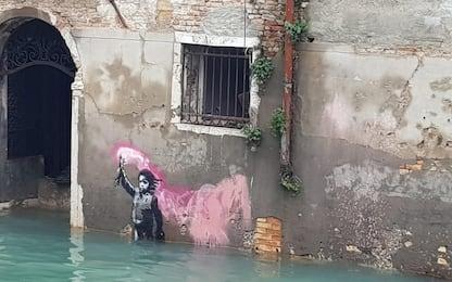 Anche il murales di Banksy sommerso dall'acqua alta a Venezia. FOTO