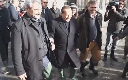 Venezia, Berlusconi nell'acqua alta in piazza San Marco. VIDEO