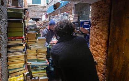 Venezia, danni alle librerie per il maltempo. LE FOTO
