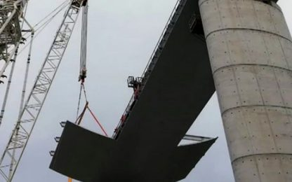 Ponte Genova, si inclina gru nel cantiere: contusi 3 operai