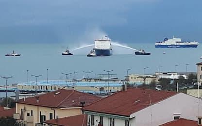Fiamme su cargo al largo di Livorno, nessun ferito